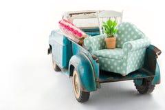 Leksaklastbil som packas med möblemang för att flytta sig Royaltyfri Fotografi