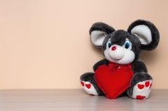 Leksakmus med röd hjärta Fotografering för Bildbyråer