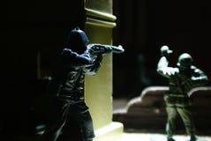 Leksakplast- tjäna som soldat krig Arkivbilder