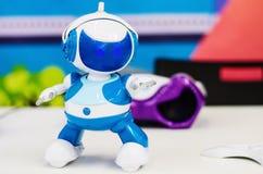 Leksakrobot som dansar till musiken royaltyfri foto