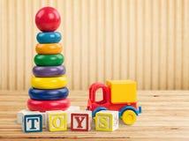 Leksaksamling på ljus bakgrund arkivbilder