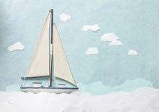 Leksaksegelbåt på pappers- bakgrund Arkivfoton