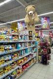 Leksakskärm på hyllan på det Auchan lagret Arkivfoton