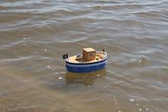 Leksakskeppet svävar i vatten Royaltyfri Foto
