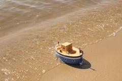 Leksakskeppet svävar i vatten Arkivfoto