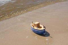 Leksakskeppet svävar i vatten Royaltyfri Bild