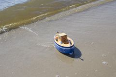 Leksakskeppet svävar i vatten Arkivfoton