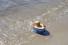 Leksakskeppet svävar i vatten Royaltyfria Bilder