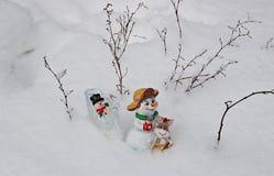Leksaksnögubbear gör vägen till och med snö och hem- drivor Arkivfoton