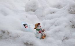 Leksaksnögubbear gör vägen till och med snö och hem- drivor Royaltyfri Foto