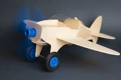 Leksaktränivå med att rotera den blåa propellern royaltyfri fotografi