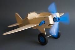 Leksaktränivå med att rotera den blåa propellern royaltyfria foton