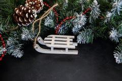 Leksakträsläde med gåvor - förberedelse och för ` s för nytt år helgdagsafton arkivfoto
