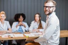 Lektorprofessor mit Studenten Stockfotos
