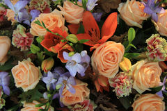Lelies en rozen in bruids bloemen Royalty-vrije Stock Foto's