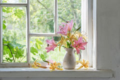 Leliesboeket op venstervensterbank in een zonnige dag Stock Afbeeldingen