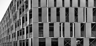 Lelijk grijs parkeerterrein met meerdere verdiepingen voor veilig parkeren en parkeren van voertuigen voor de stadspoorten stock afbeelding
