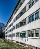 Lelijk oud flatgebouw in de voorsteden stock fotografie