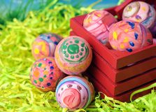Lelijk schilderen (kijk) op echte eieren voor de dag van Pasen royalty-vrije stock fotografie