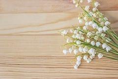 Leluja dolina kwitnie bukiet na drewnianym tle obraz stock