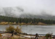 Leluja jeziora pierwszy śnieżny spadek Fotografia Royalty Free