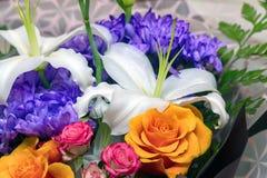 Leluja w bukiecie z błękitnym, czerwienią i pomarańcze, kwitnie zdjęcie royalty free