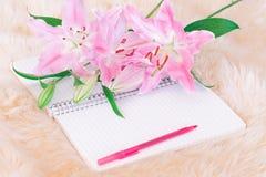 leluje i pióro na notatniku zdjęcia royalty free