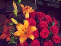 Leluje i róże obraz stock