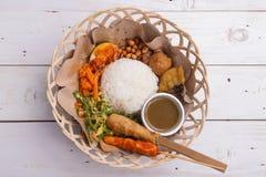 Lemak Nasi/Nasi campur, ινδονησιακό από το Μπαλί ρύζι με fritter πατατών, sate lilit, τηγανισμένο tofu, τα πικάντικα βρασμένα αυγ Στοκ φωτογραφίες με δικαίωμα ελεύθερης χρήσης
