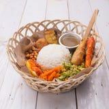 Lemak Nasi/Nasi campur, ινδονησιακό από το Μπαλί ρύζι με fritter πατατών, sate lilit, τηγανισμένο tofu, τα πικάντικα βρασμένα αυγ Στοκ Εικόνες