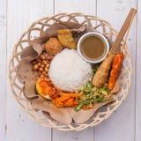 Lemak Nasi/Nasi campur, ινδονησιακό από το Μπαλί ρύζι με fritter πατατών, sate lilit, τηγανισμένο tofu, τα πικάντικα βρασμένα αυγ Στοκ Φωτογραφία