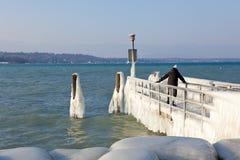 非常冷的温度给冰并且结冰在湖Leman bord 库存图片