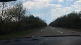 LEMBERG, UKRAINE - 14. APRIL 2019: Der Fahrer auf dem Auto geht auf der Autobahn und überholt den LKW Die Straße ist sehr schlech stock video