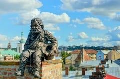 LEMBERG, UKRAINE - 22. August 2017, ehrfürchtige Skulptur des Schornsteinfegers, der auf dem Trichter auf dem Dach des Hauses von lizenzfreie stockbilder