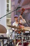 Lemberg Ukraine im Juni 2015: Alpha Jazz Fest 2015 Musiker-Contrast Trio-Band, die Baß auf Stadiumsjazzfestival auf dem Markt Squ Stockbilder