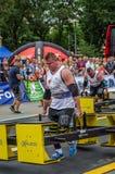 LEMBERG, UKRAINE - JULI 2016: Starker Athletenbodybuilderstarker mann trägt Schwermetalldesignwettbewerbe Weltstärkstes Team vorh Lizenzfreies Stockbild