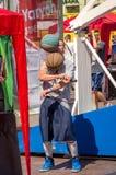 Lemberg, Ukraine - Juli 2015: Yarych-Straße Fest 2015 Straßenbasketballwettbewerb am Festival nahe Lemberg-Opernhaus Spieler ju Stockbilder