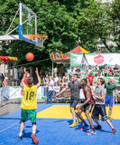 Lemberg, Ukraine - Juli 2015: Yarych-Straße Fest 2015 Straßenbasketballwettbewerb am Festival nahe Lemberg-Opernhaus Spieler ju Stockfotografie
