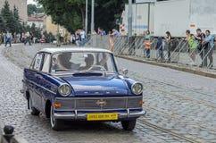 LEMBERG, UKRAINE - JUNI 2018: Alte Weinlese reitet Retro- Opel-Auto durch die Straßen der Stadt stockbilder