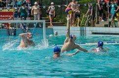 LEMBERG, UKRAINE - JUNI 2019: Athleten im Pool, das Wasserball spielt stockfoto