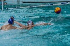 LEMBERG, UKRAINE - JUNI 2019: Athleten im Pool, das Wasserball spielt stockbild
