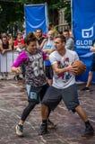 LEMBERG, UKRAINE - JUNI 2016: Basketball-Spieler spielen auf dem Quadrat im Straßenbasketball, streetball springendes Kämpfen für Lizenzfreie Stockfotos