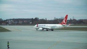 Lemberg, Ukraine - März 2017 Lemberg - Ukraine - 12. März 2017 Flugzeug, das der Turkish- Airlinesflug zu mit einem Taxi fuhr stock video footage