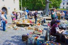 Lemberg, Ukraine - 6. Mai 2017: Die Ställe der Flohmarkts im Museumsquadrat bieten verschiedene Waren - alte Medaillen, Spielware Lizenzfreie Stockfotos