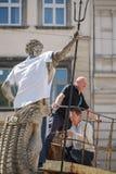 Lemberg, UKRAINE - 18. Mai 2017 Neptun-Statue gekleidet in gestickten Hemden Vyshyvanka-Tag lizenzfreie stockfotografie