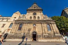 LEMBERG, UKRAINE - 9. NOVEMBER 2016: Lemberg-Stadt Bernardine Church Exterior Stockfotos