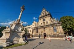 LEMBERG, UKRAINE - 9. NOVEMBER 2016: Lemberg-Stadt Bernardine Church Exterior und Monument Lizenzfreies Stockbild