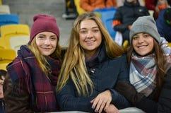LEMBERG, UKRAINE - 20. OKTOBER: Schöne nette Cheerleadern am stadi Lizenzfreies Stockbild