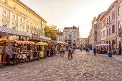 LEMBERG, UKRAINE - 12. SEPTEMBER 2016: Lemberg-Großstadt und alte Stadt Lembergs mit Leuten Klare Farben Stockbilder