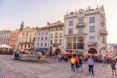 LEMBERG, UKRAINE - 12. SEPTEMBER 2016: Lemberg-Großstadt und alte Stadt Lembergs mit Leuten Klare Farben Lizenzfreie Stockfotos